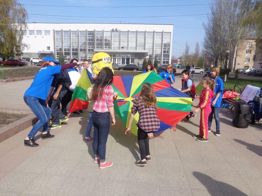 Центр Поддержки Семьи Красноармейска превратил площадь Шибанкова в гигантскую спортивную и игровую площадку (фото) - фото 1