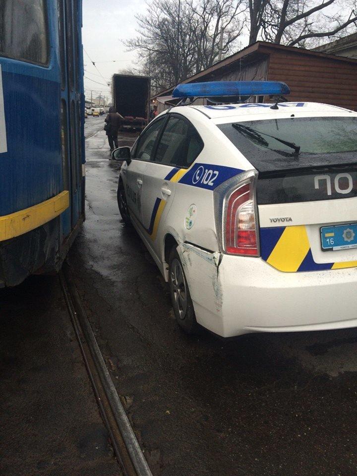 "b3ddff960af5e46a9d14ee477f1c33c6 Не виноватая я: Одессе полицейские об трамвай разбили ""Приус"""