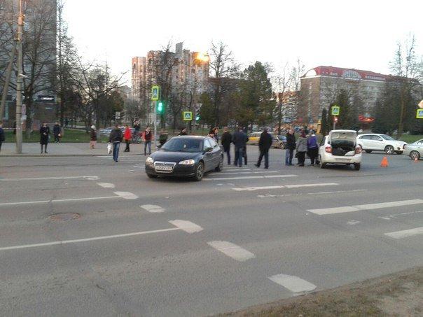 В Пскове легковой автомобиль снес полицейскую машину (фото) - фото 4