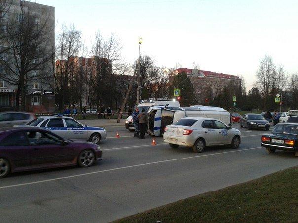 В Пскове легковой автомобиль снес полицейскую машину (фото) - фото 3