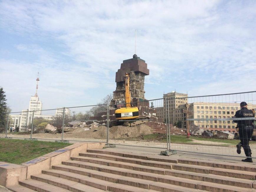 На площади Свободы коммунальщики начали сносить остатки памятника Ленину (ФОТО), фото-4