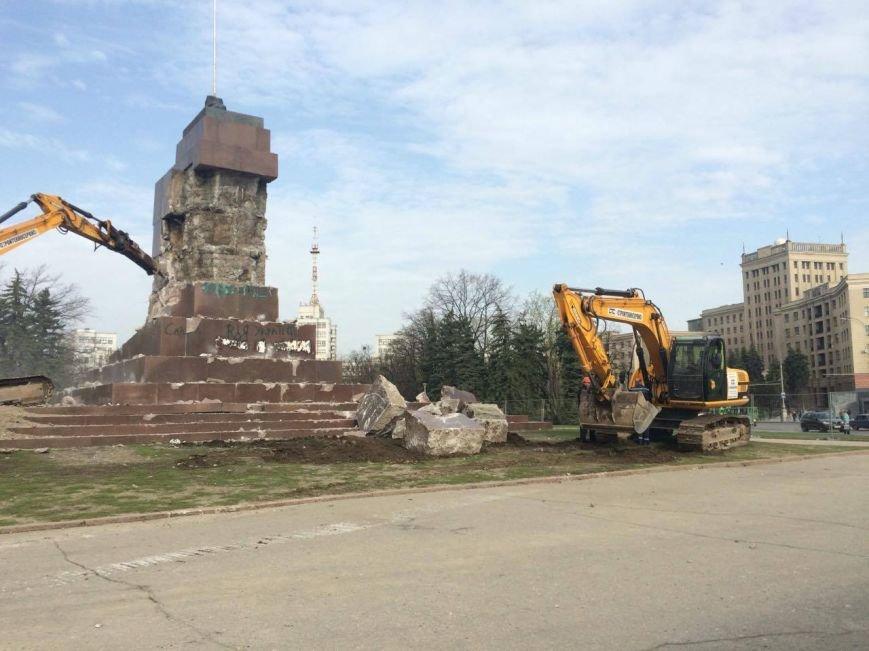 На площади Свободы коммунальщики начали сносить остатки памятника Ленину (ФОТО), фото-5