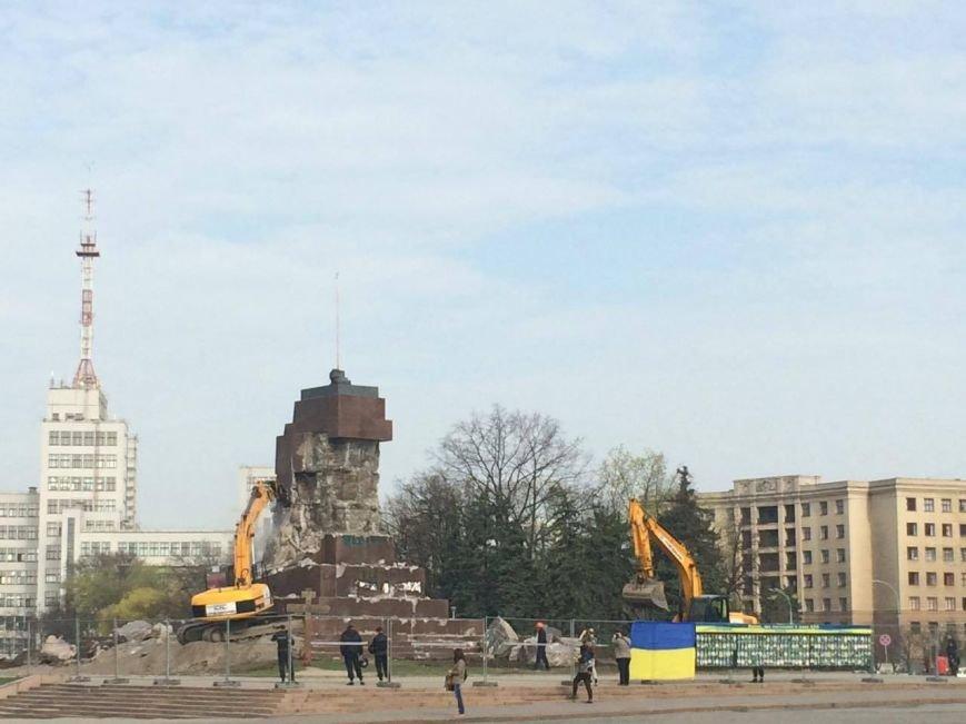 На площади Свободы коммунальщики начали сносить остатки памятника Ленину (ФОТО), фото-1