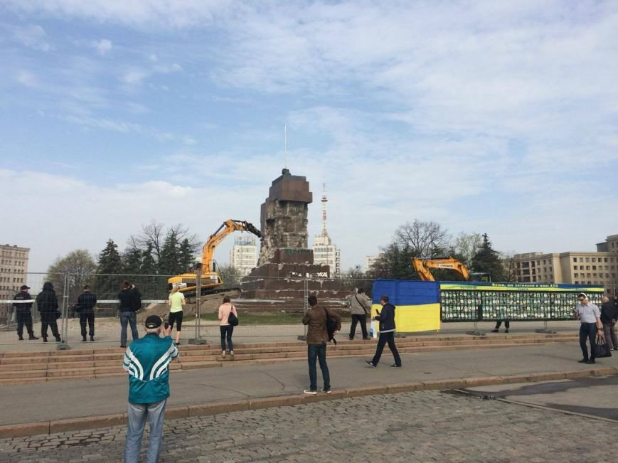 На площади Свободы коммунальщики начали сносить остатки памятника Ленину (ФОТО), фото-2