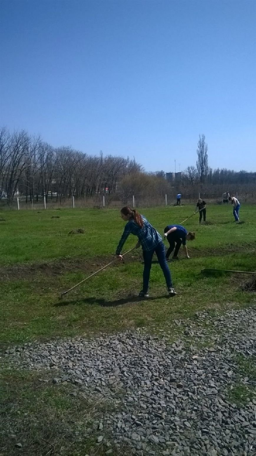 Старшеклассники школы № 31 города Новошахтинска помогли в уборке территории храма, фото-2