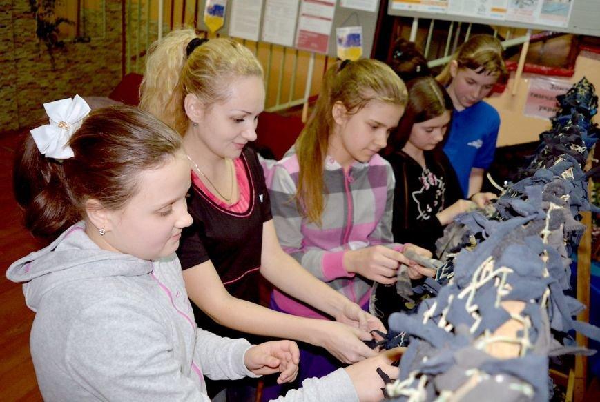 В Мариуполе 130 детей плели маскировочные сети для военных (ФОТО) (фото) - фото 1
