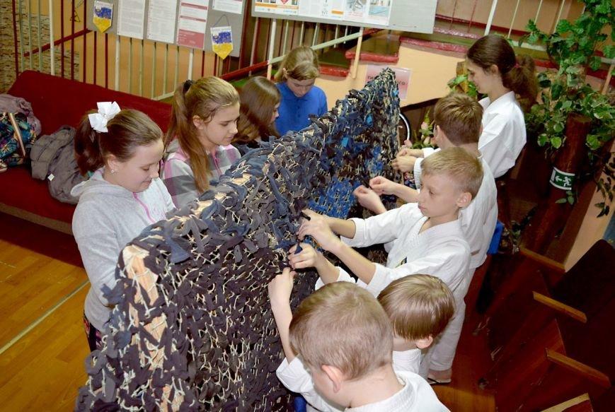 В Мариуполе 130 детей плели маскировочные сети для военных (ФОТО), фото-3