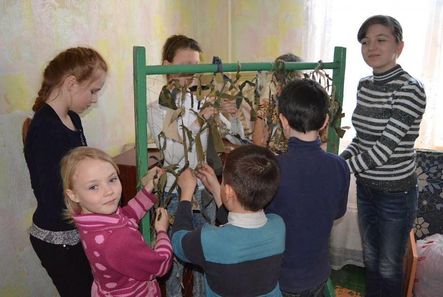 В Мариуполе 130 детей плели маскировочные сети для военных (ФОТО), фото-5