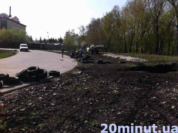 У Тернополі спортсмени почали самотужки доробляти картингову трасу біля