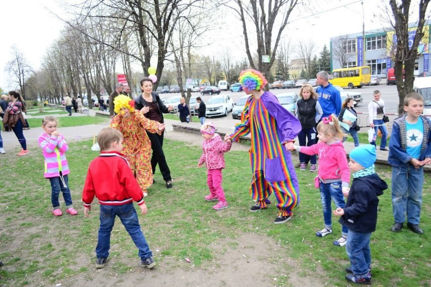 Криворожские студенты провели театрализованное шоу для сбора средств на улучшение экологии города (ФОТО) (фото) - фото 1