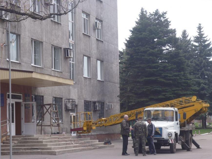 Ленивый делает дважды: навес над входом в Красноармейский (Покровский) исполком ремонтируют по второму кругу (фото) - фото 1