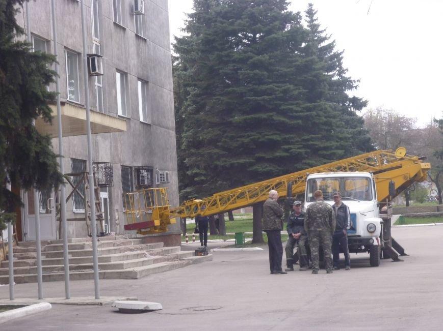 Ленивый делает дважды: навес над входом в Красноармейский (Покровский) исполком ремонтируют по второму кругу (фото) - фото 2