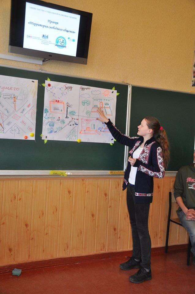 В Краматорске инвалиды впервые встречались с детьми в обычной школе, фото-1