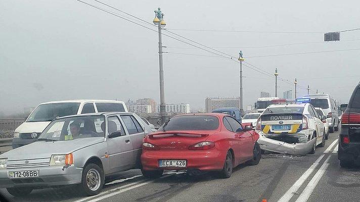 На мосту Патона произошла авария с участием автомобиля патрульных (ФОТО) (фото) - фото 1