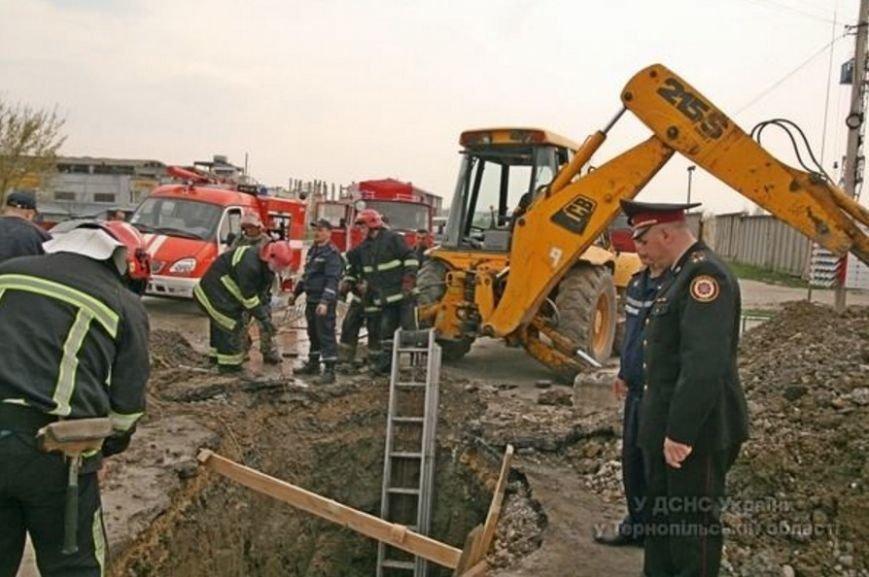 У Тернополі через обвал землі в котловані загинула людина (ФОТОРЕПОРТАЖ) (фото) - фото 3
