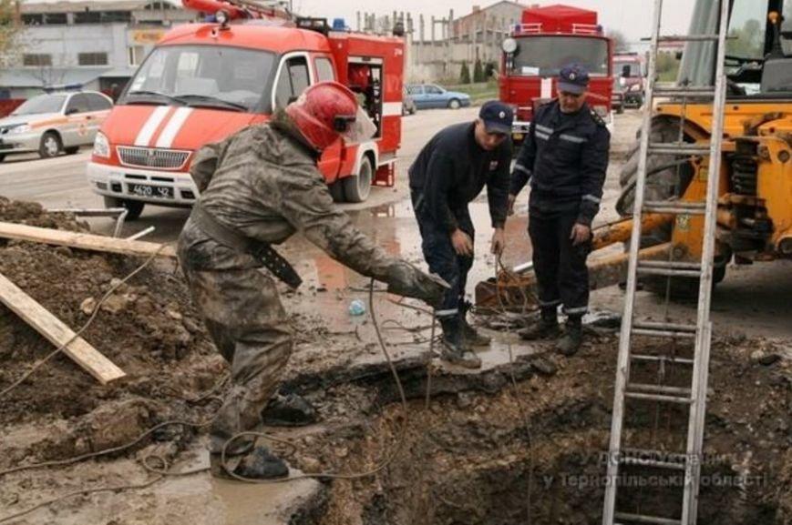 У Тернополі через обвал землі в котловані загинула людина (ФОТОРЕПОРТАЖ) (фото) - фото 2