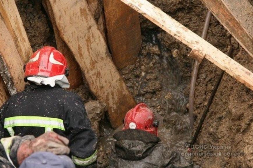 У Тернополі через обвал землі в котловані загинула людина (ФОТОРЕПОРТАЖ) (фото) - фото 5