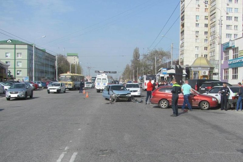 В Белгороде столкнулись три вазовские легковушки и «КИА» (фото) - фото 1