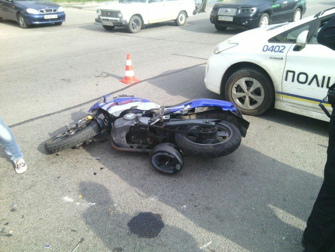ДТП на Слобожанском проспекте: мотоцикл столкнулся с KIA, пострадал мужчина (фото) - фото 2