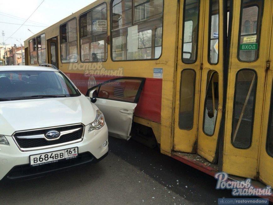 В Ростове-на-Дону трамвай снес водительскую дверь иномарки (фото) - фото 1