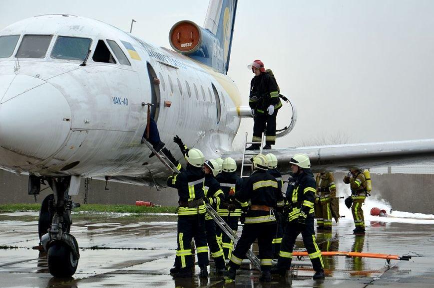 В аэропорту Днепропетровска тушили загоревшийся самолет (ФОТО, ВИДЕО) (фото) - фото 4
