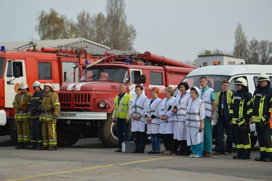 В аэропорту Днепропетровска тушили загоревшийся самолет (ФОТО, ВИДЕО) (фото) - фото 1
