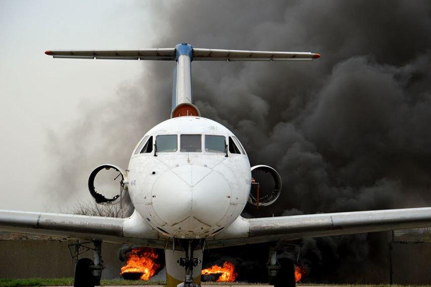 В аэропорту Днепропетровска тушили загоревшийся самолет (ФОТО, ВИДЕО) (фото) - фото 6