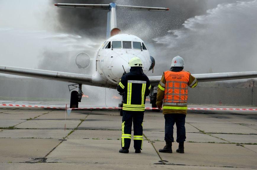 В аэропорту Днепропетровска тушили загоревшийся самолет (ФОТО, ВИДЕО) (фото) - фото 3