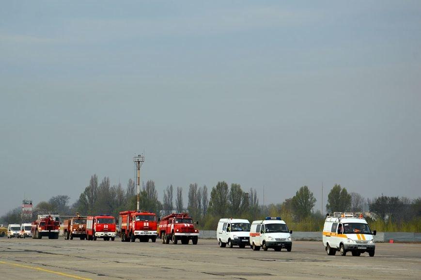 В аэропорту Днепропетровска тушили загоревшийся самолет (ФОТО, ВИДЕО) (фото) - фото 2