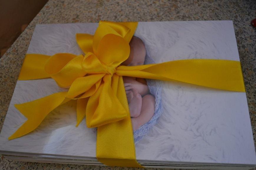 В роддоме города Пушкина новорожденным будут дарить памятные открытки с фамилиями акушеров и врачей (фото) - фото 1