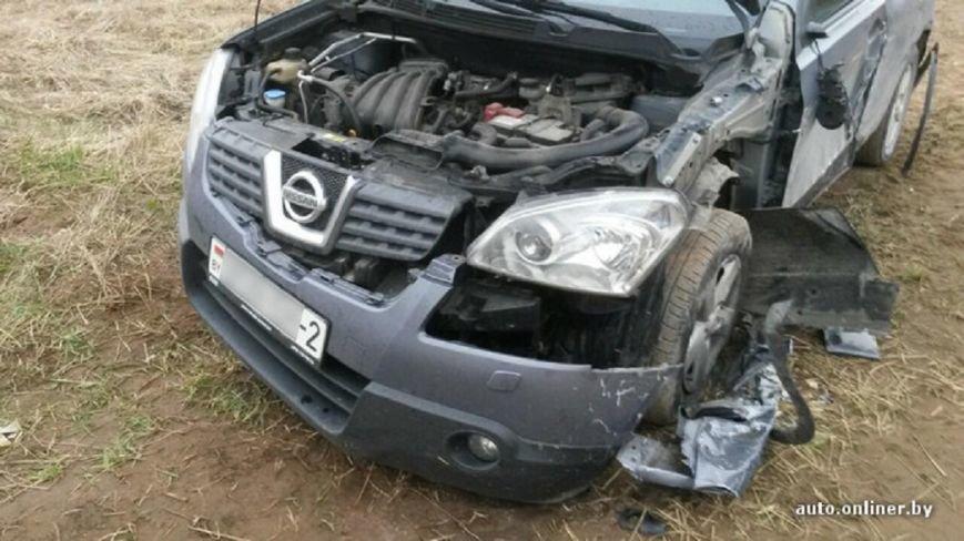 БТР подбил легковой автомобиль возле военного полигона в Лепельском районе (фото) - фото 2