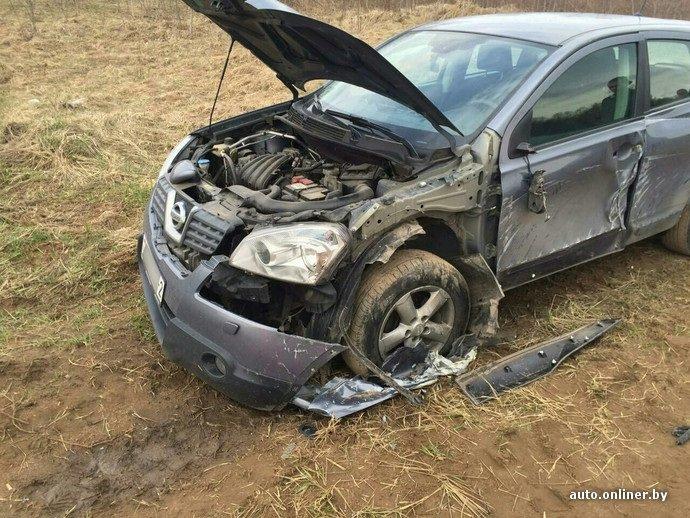 БТР подбил легковой автомобиль возле военного полигона в Лепельском районе (фото) - фото 1