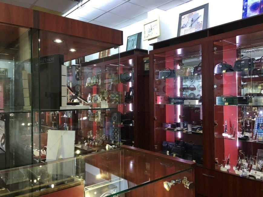 Из магазина, поставленного под охрану, украли элитных часов на 4 миллиона (ФОТО) (фото) - фото 2