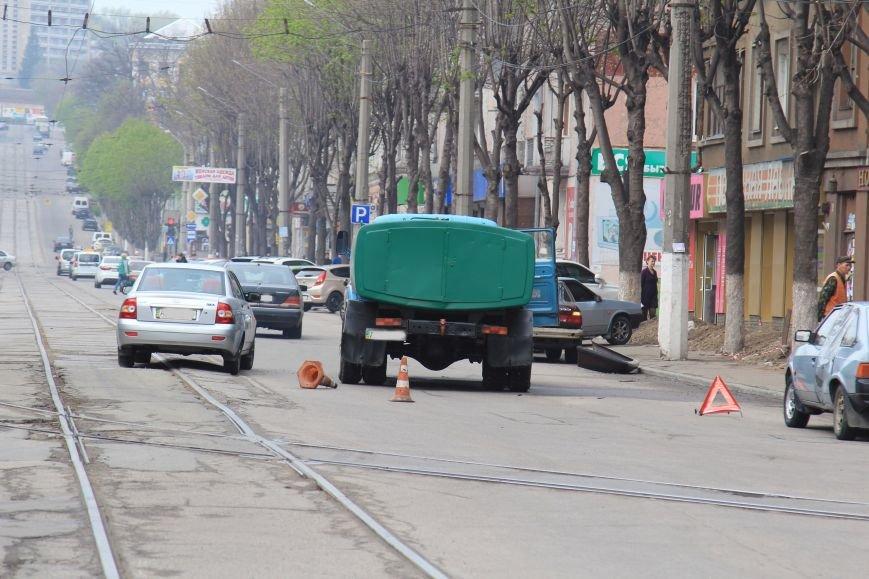 В Днепродзержинске в ДТП на проспекте Тараса Шевченко столкнулись водовоз и BMW (фото) - фото 1