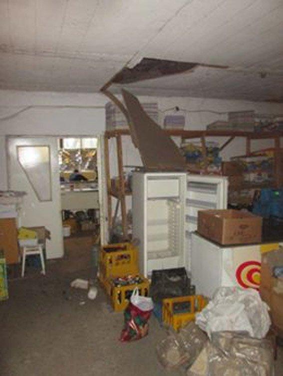 Неизвестный, проломив отверстие в потолке, обокрал продуктовый магазин в Первомайске (фото) (фото) - фото 1