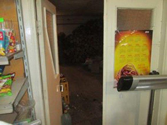 Неизвестный, проломив отверстие в потолке, обокрал продуктовый магазин в Первомайске (фото) (фото) - фото 2