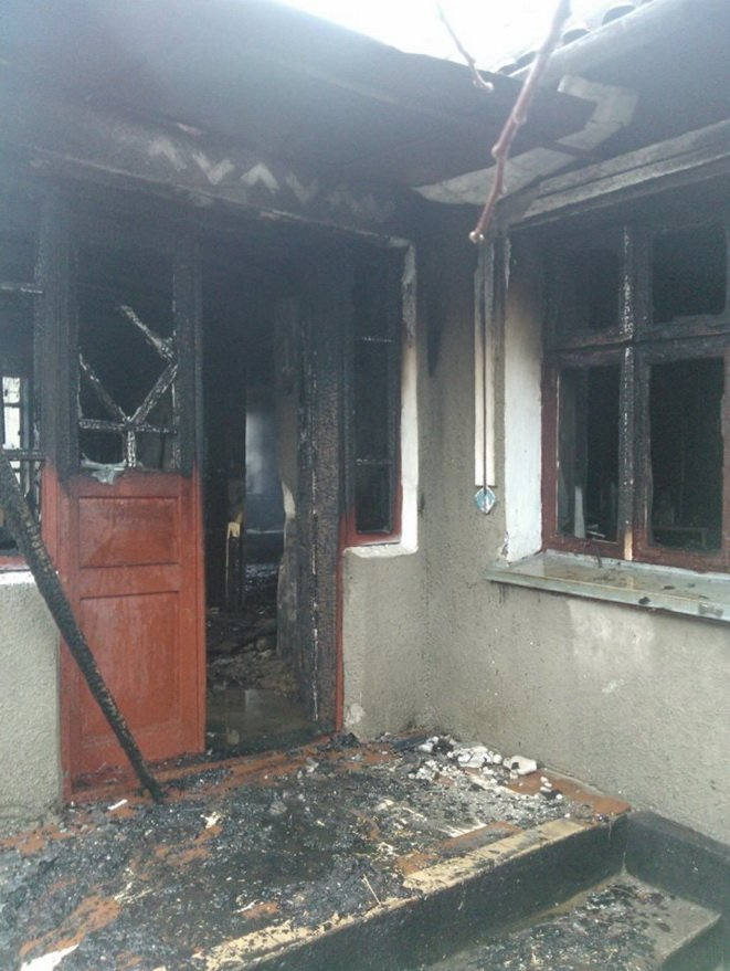 Поблизу Тернополя вщент згорів будинок. Сім'я залишилася на вулиці (фото) - фото 1