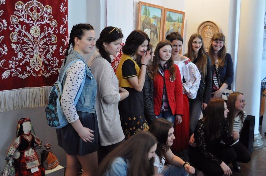Акцентом на виставці робіт молодих художників у Черкаському художньому музеї стали ікони (ФОТО), фото-1