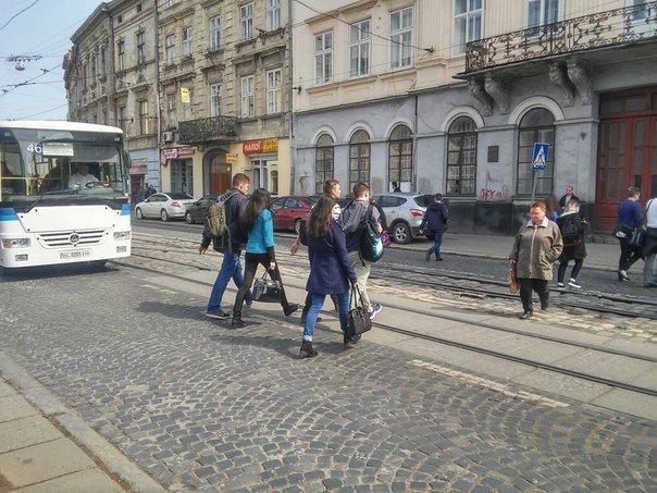 Львів'яни вимагають встановити світлофор на пішохідному переході на пл.Соборній (ФОТО) (фото) - фото 5