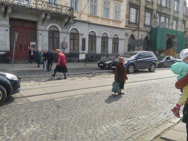 Львів'яни вимагають встановити світлофор на пішохідному переході на пл.Соборній (ФОТО) (фото) - фото 3