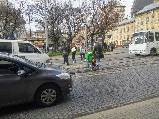 Львів'яни вимагають встановити світлофор на пішохідному переході на пл.Соборній (ФОТО) (фото) - фото 1