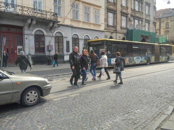 Львів'яни вимагають встановити світлофор на пішохідному переході на пл.Соборній (ФОТО) (фото) - фото 7