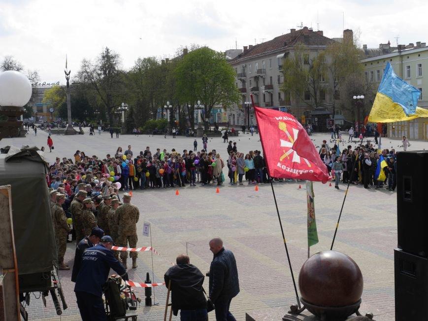 Акція на Театральному Майдані ПРАЦЮЮ (фото) - фото 1