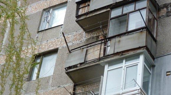 В Александрии малыш гулял на балконе 6-го этажа, пока папа отлучился в магазин. ФОТО (фото) - фото 1