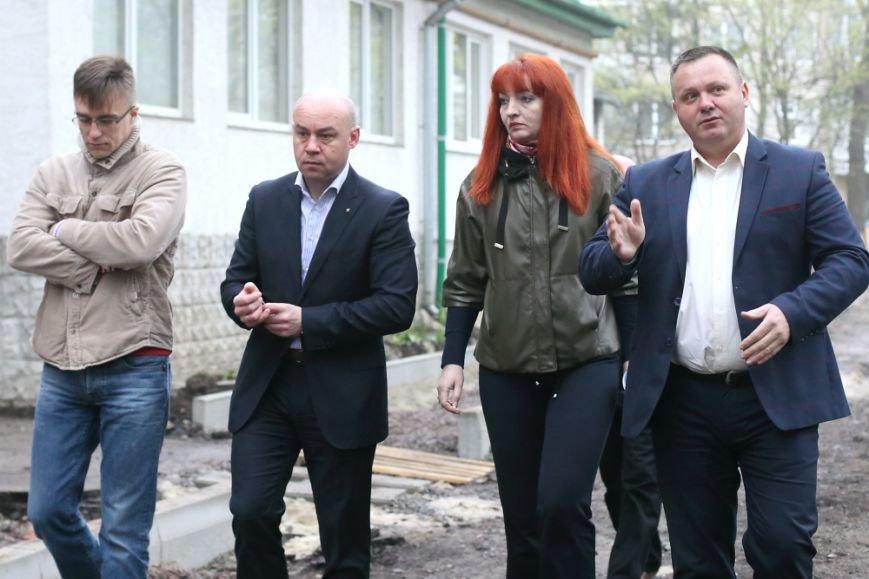 Міський голова Сергій Надал оглянув стан капітального ремонту двору на Слівенській, фото-1