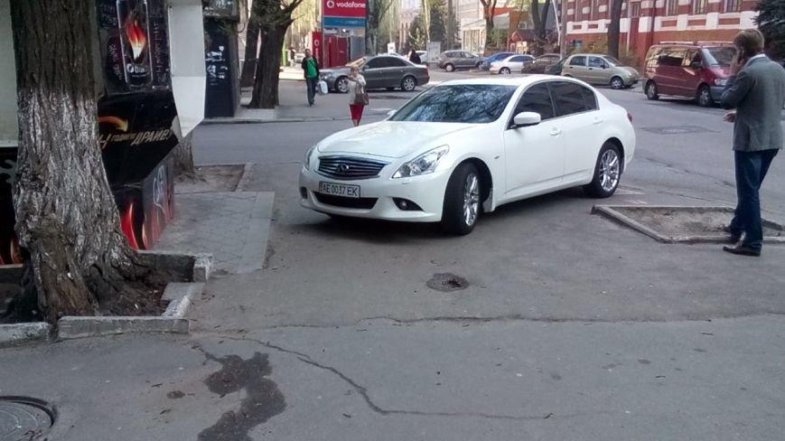 Водитель на Infiniti перегородил тротуар в центре Днепропетровска и разминулся с полицией (ФОТО), фото-2