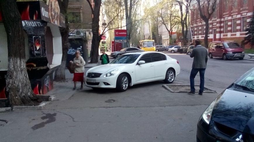 Водитель на Infiniti перегородил тротуар в центре Днепропетровска и разминулся с полицией (ФОТО), фото-1