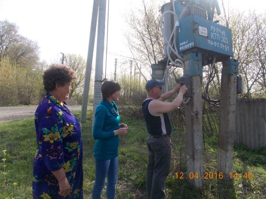 В отдаленных селах Добропольского района наконец-то появилось уличное освещение (фото) - фото 1