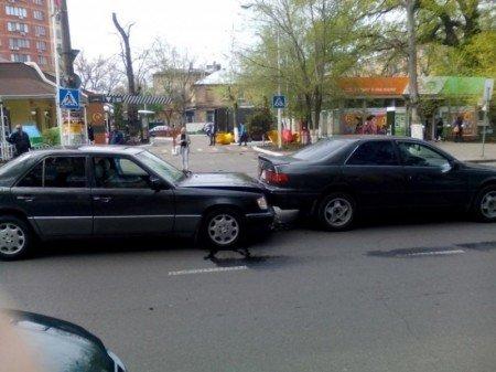 10351e7e5553808d697d11e22b170c88 Авария на миллион: В центре Одессы столкнулись три престижные иномарки