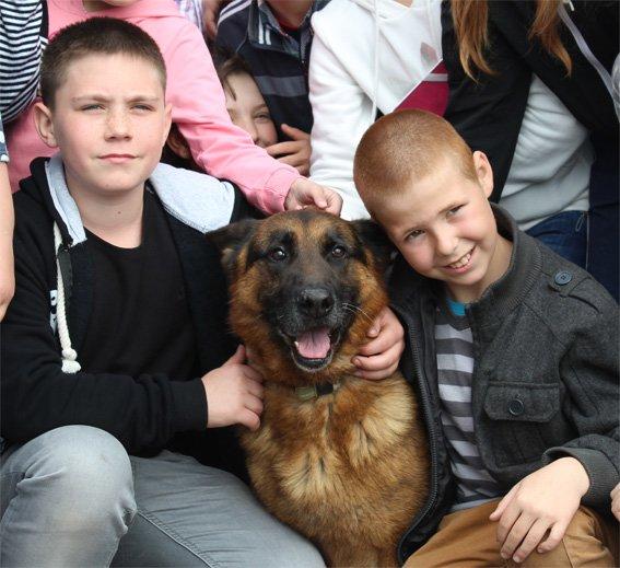 Кіровоградські правоохоронці познайомили школярів зі своїми помічниками (ФОТО) (фото) - фото 1